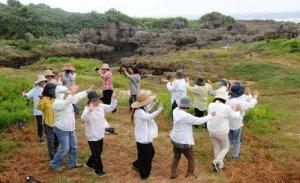 津波よけと五穀豊穣を願い、神歌に合わせて踊る女性たち