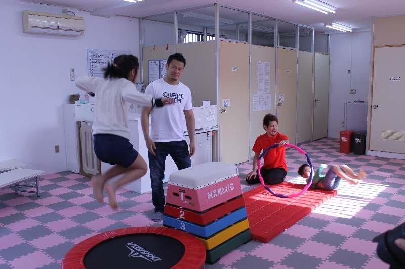 須藤元気さん、那覇で障がい児と交流