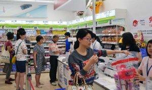 レジ前に列を作る中国人観光客=18日、豊見城市豊崎の「サツドラ沖縄あしびなー店」