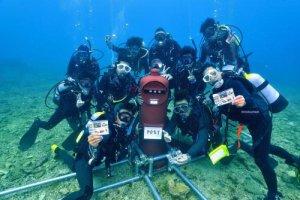 海底にポストを設置した北谷町海域利用事業所協力会のダイバーたち=20日午前、北谷町宮城沖(齊藤靖行さん撮影)
