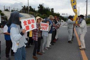 ゲート前で新基地建設反対を訴える市民ら=27日午前9時すぎ、名護市辺野古