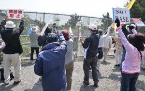 大浦湾に停泊する作業船に向かって抗議の声を上げる市民ら=28日、名護市辺野古