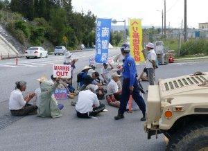 米軍キャンプ・シュワブゲート前で座り込み、抗議する市民ら=29日午前9時47分、名護市辺野古