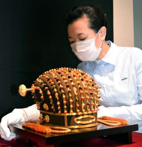 飾玉288個、琉球国王「玉冠」展示