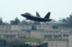 嘉手納基地を離陸する最新鋭ステルス戦闘機F22