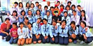 4月29日は、新垣ヨシ子さん(2列目左から5人目)の80歳の誕生日。職場仲間や元同僚らが新垣さんを激励に訪れた=那覇市・沖縄ヤクルト首里センター(沖縄ヤクルト提供)