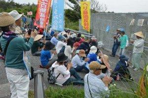 リレートークで新基地建設反対を訴える市民ら=5日午前、名護市辺野古、米軍キャンプ・シュワブ前