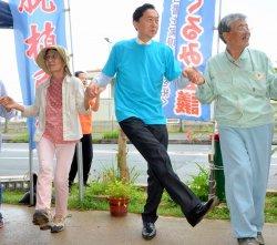 市民と共に「勝利のラインダンス」を踊る鳩山由紀夫元首相(中央)=7日午前11時前、名護市辺野古の米軍キャンプ・シュワブゲート前