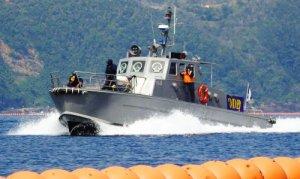 フロート沿いを警備するマリンセキュリティーの警備艇=4月30日、名護市辺野古の米軍キャンプ・シュワブ沖