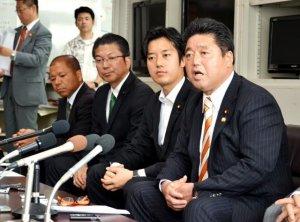 副知事と会談後、記者会見する下地幹郎氏(右)ら=沖縄県庁