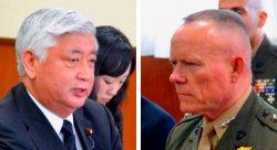 在沖米軍トップのニコルソン四軍調整官(右)に抗議する中谷防衛相=21日、沖縄防衛局