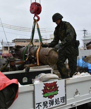 旧日本軍製250キロ爆弾の不発弾を回収する自衛隊員=22日、那覇市宇栄原