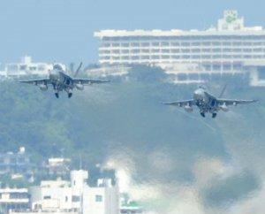 米軍普天間飛行場を離陸するFA18戦闘攻撃機