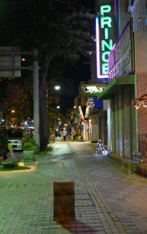 基地外の飲酒禁止を受け、閑散とする沖縄市のゲート通り=28日午後11時41分