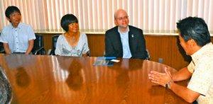 星空保護区申請に向け、中山義隆市長(右)と面談するジョン・バレンタインプログラムマネジャー(右から2人目)=石垣市役所