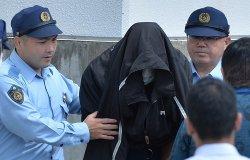 5月20日、那覇地検へ送致される容疑者