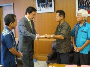 若宮防衛副大臣(左から2人目)に意見書を手渡す新垣県議(同3人目)=10日、防衛省