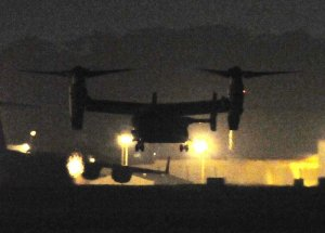夜間訓練から帰還し、無灯火で着陸するオスプレイ=2013年09月16日午後10時59分、普天間飛行場(田嶋正雄撮影)