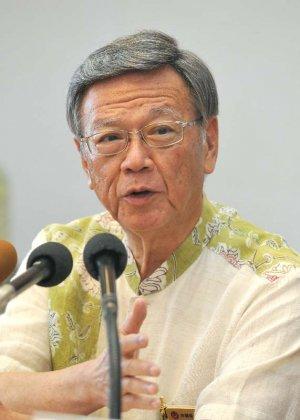 係争委の判断について記者の質問に答える翁長雄志知事=18日午後、沖縄県庁