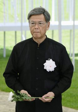 沖縄全戦没者追悼式で献花に向かう翁長雄志知事=23日午後、沖縄県糸満市の平和祈念公園