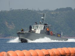 フロート沿いを警備するマリンセキュリティーの警備艇=4月、名護市辺野古の米軍キャンプ・シュワブ沖