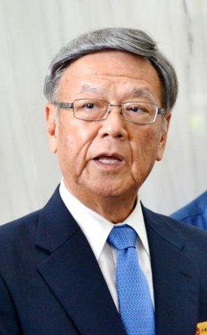 記者団の取材に応じる翁長雄志知事=28日、県庁