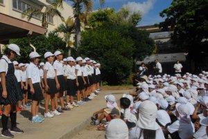 平和を願う詩を群読する6年生=30日、うるま市石川・宮森小学校