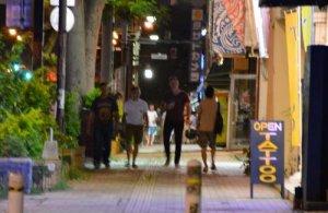 バーやクラブ、飲食店などに繰り出す米兵ら=1日、沖縄市・ゲート通り