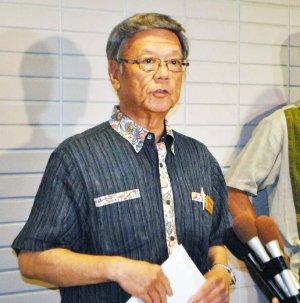 記者団の質問に答える翁長雄志知事=5日午後1時すぎ、県議会