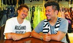入眞地順治さん(右)と安座間尚彦さんは5日、沖縄に戻り、人前結婚式へ向けたタキシードのサイズ合わせをした=那覇市のアン・ドゥ・フィー