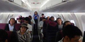 新型機内覧会で座席に座る南大東の島民ら。「客席の前後の空間が広がり快適」と喜ぶ