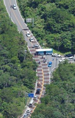 警察が一時封鎖した県道70号=22日午前11時12分、東村高江(本社チャーターヘリから)