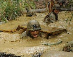 ジャングルでの戦闘を想定し訓練する米海兵隊=2013年1月、米軍北部訓練場