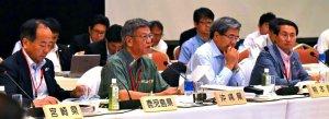 全国知事会議で米軍基地問題について発言する翁長雄志知事(右から3人目)=29日午前、福岡市内のホテル