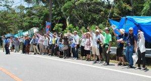 工事反対を訴える全国学校事務労働組合連絡会議のメンバーら=31日、東村高江