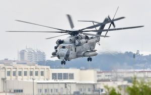 飛行訓練を再開したCH53E大型輸送ヘリ=19日午後0時24分、宜野湾市・米軍普天間飛行場