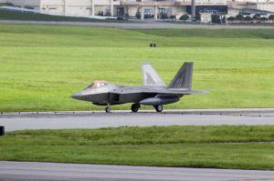 米軍嘉手納基地に着陸するF22最新鋭ステルス戦闘機=8日、午後4時25分ごろ(読者提供)