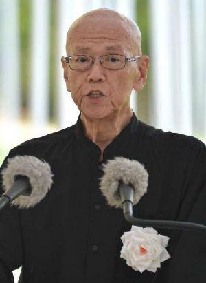 沖縄全戦没者追悼式で平和宣言を読み上げる翁長雄志知事=23日、糸満市の平和祈念公園