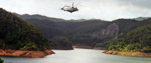 安波ダム上空で旋回する米軍のCH53E大型輸送ヘリ=18日午後4時44分、国頭村(宮城秋乃さん提供)
