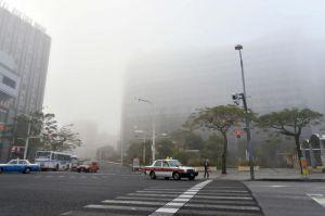 濃い霧が立ち込めた県庁前の交差点=4日午前7時50分すぎ、那覇市久茂地