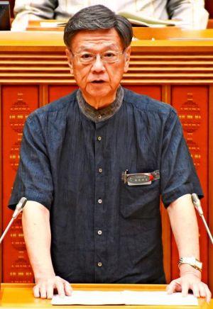 開会した6月定例会で議案を述べる翁長雄志知事=20日午前、県議会
