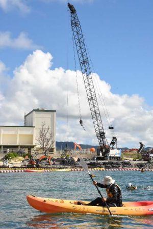 「N5」護岸建設予定地で進む仮設道路工事に抗議するかヌー=26日午前、名護市辺野古のキャンプ・シュワブ沖