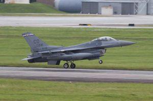 5日に新たに飛来した米コロラド州バックリー空軍基地所属のF16戦闘機=5日午後2時半ごろ、米軍嘉手納基地(読者提供)