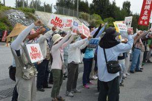 「埋め立て工事やめろ」などと抗議しシュプレヒコールを上げる市民ら=13日10時5分ごろ、名護市辺野古、米軍キャンプ・シュワブゲート前