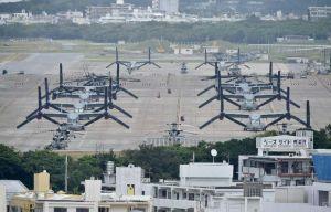 米軍普天間飛行場に駐機するオスプレイやヘリ=10日午後3時25分、宜野湾市