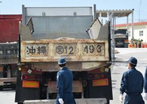 米軍キャンプ・シュワブ内に砕石を搬入するトラック=3日午前9時3分、名護市辺野古