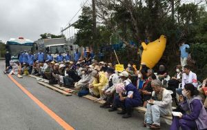 米軍北部訓練場へのヘリパッド建設に反対し座り込む市民ら=5日、東村高江