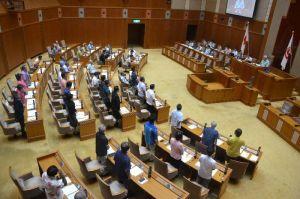 県による名護市辺野古の新基地建設の差し止め訴訟の提起を賛成多数で可決する県議会=14日、県議会