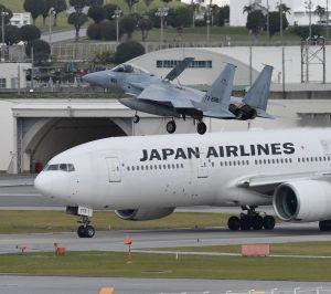 航空自衛隊のF15戦闘機と民間機(那覇空港、資料写真)