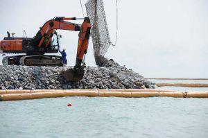 「K3」護岸の建設工事が進められている=19日午前、名護市辺野古